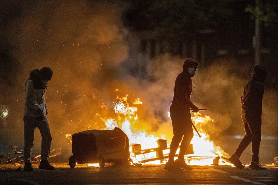 In der britischen Provinz Nordirland kommt es seit Tagen zu nächtlichen Krawallen, bei denen inzwischen dutzende Polizisten verletzt wurden.