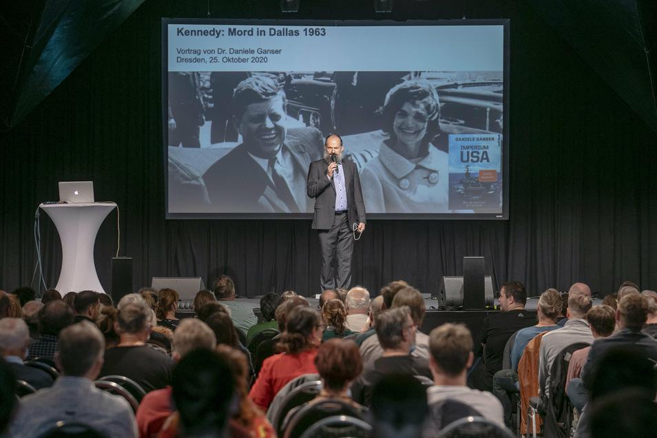 Auch beim Vortrag des umstrittenen Schweizer Historikers Daniele Ganser saß das Publikum dichter gedrängt als derzeit normalerweise üblich.