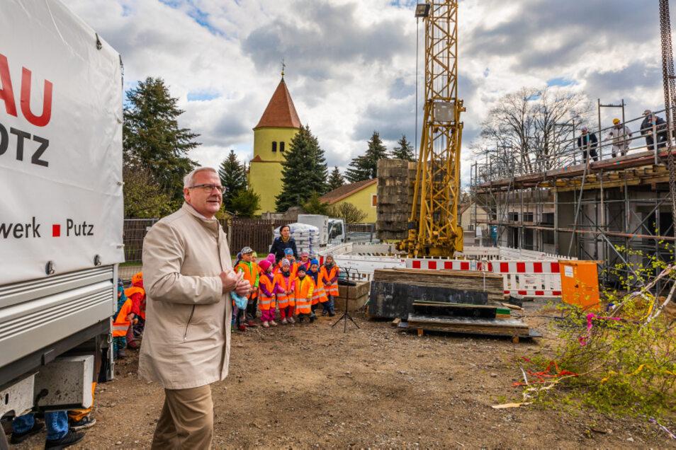 Zum Richtfest an der neuen Krabat-Kita war auch Oberbürgermeister Torsten Ruban-Zeh gekommen. Beim ersten Spatenstich war er auch dabei – allerdings noch in der Funktion als Geschäftsführer der Awo Lausitz, die die Kita betreiben wird.