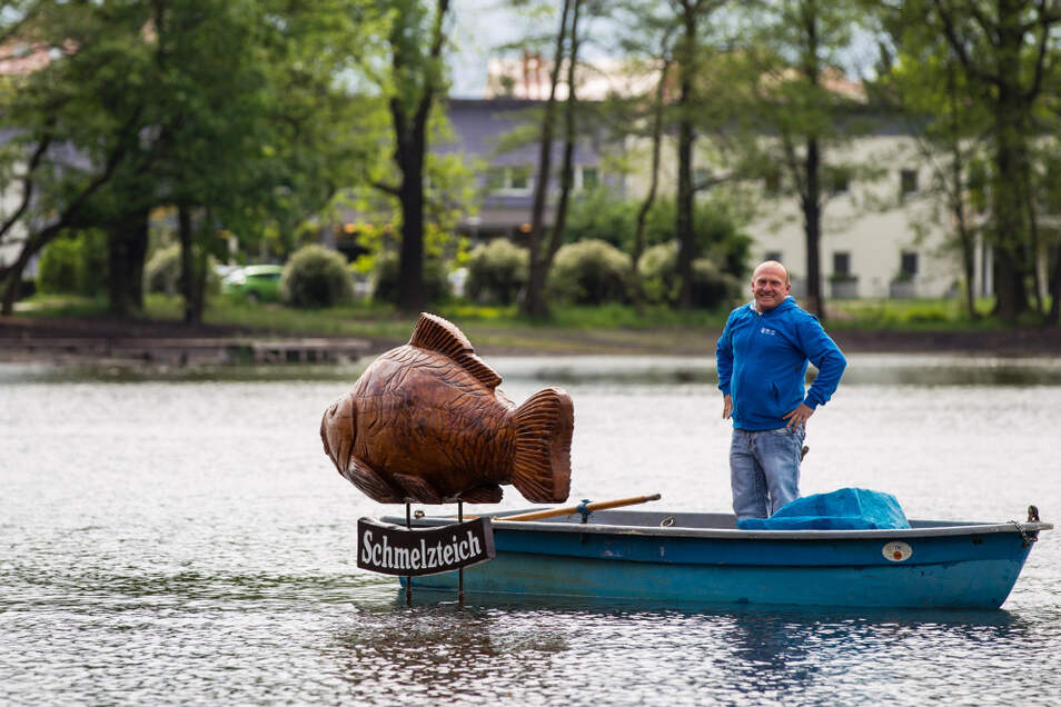 Die seit langem erste und wiederum für lange Zeit letzte Ruderbootstour auf dem Bernsdorfer Schmelzteich fand am 8. Mai 2014 statt. Sven Kubasch, der Vorsitzende des Bernsdorfer Anglervereins, enthüllte den Schmelzteichkarpfen.