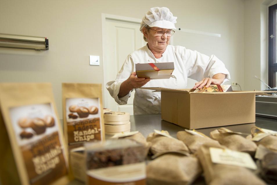 Schokolade in die Kiste: Martina Seifferth packt die Bestellung eines Schokoladenmanufaktur-Kunden ein.