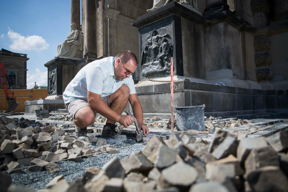 Der Pirnaer Straßenbaumeister Rico Kaßmann und seine Mitarbeiter pflastern derzeit die Fläche vor dem Haupteingang.