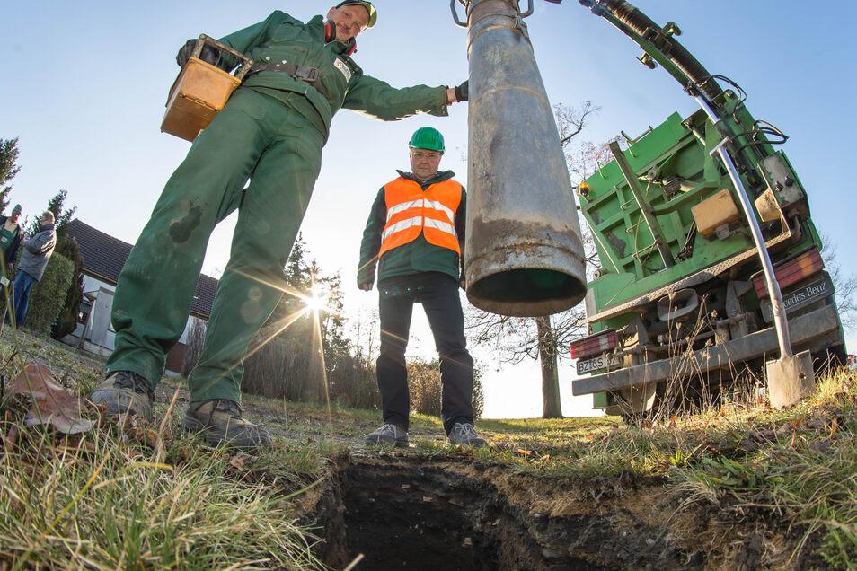 Frank Haschke von der Weißenberger Firma Tiefbau Vogel (links) sorgt mit seinem Saugbagger für die Löcher im Erdreich, die für das grabenlose Verlegen der Trinkwasserleitungen notwendig sind.