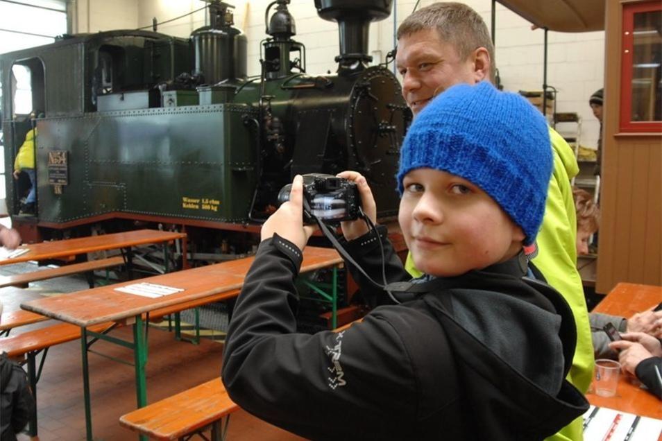 Luis (mit Vati Mario Pischel) machte in der Wagenwerkstatt Fotos der ausgestellten historischen Eisenbahntechnik.