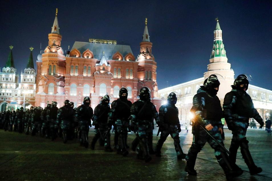 Mitglieder der russischen Nationalgarde versammeln sich auf dem Roten Platz, um eine Protestkundgebung zu verhindern. Nach der Verurteilung des Kreml-Kritikers Alexej Nawalny in ein Straflager, werden neue Proteste erwartet. Ein neuer Zwischenfall dürfte
