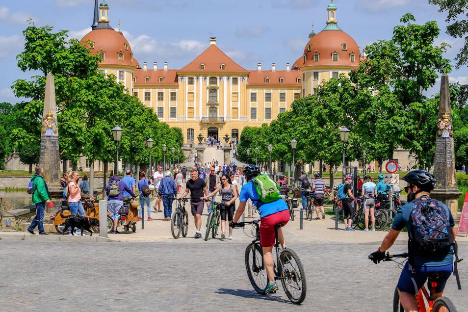 Ganz anders sieht es am Schloß Moritzburg aus. Hier treten sich die Menschen fast auf die Füße.