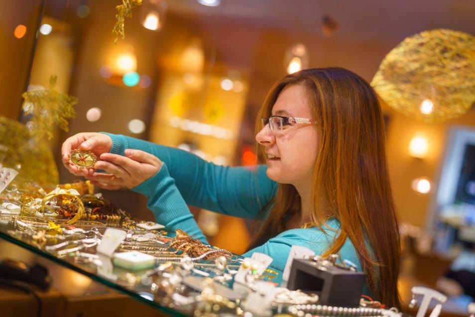 Mit viel Fingerspitzengefühl werden im Gold- und Silberschmiedehandwerk kunstvolle Schmuckstücke aus Edelmetallen und Edelsteinen hergestellt, so auch von Gold- und Silberschmiedemeisterin Stefanie Horn.