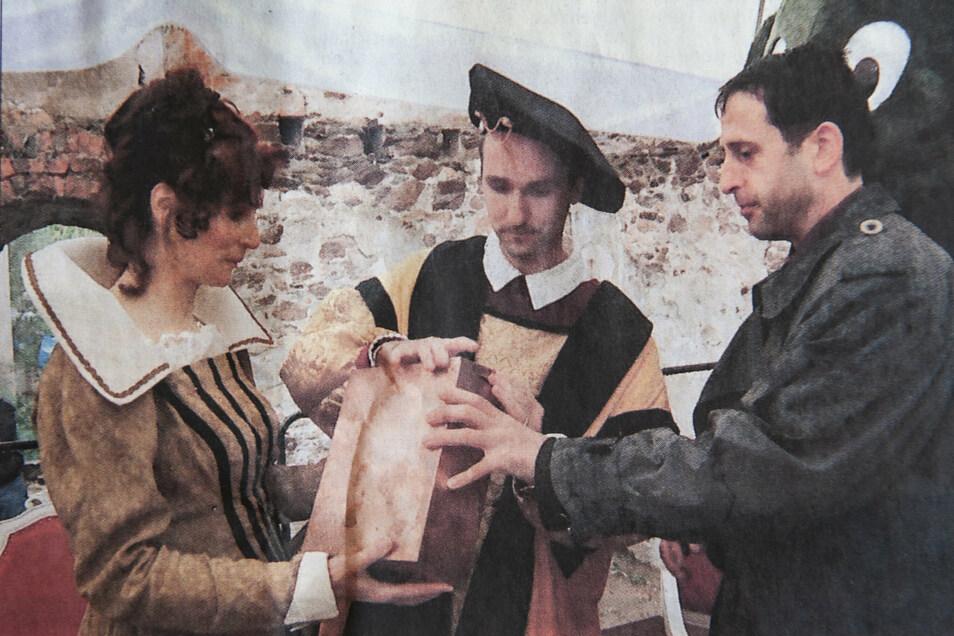Ramona Dittkrist, Jens Heinert und Burkhard Müller mit der Schatulle, die zur Grundsteinlegung im Jahr 2000 in die Mauernische kam.