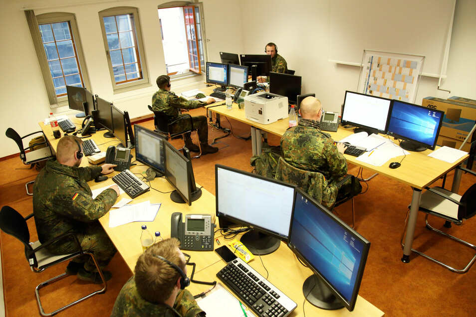 Ein Blick in einen großen Raum im Görlitzer Gesundheitsamt, wo Soldaten der Bundeswehr Kontakte von Menschen nachverfolgen, die sich mit dem Coronavirus infiziert haben.