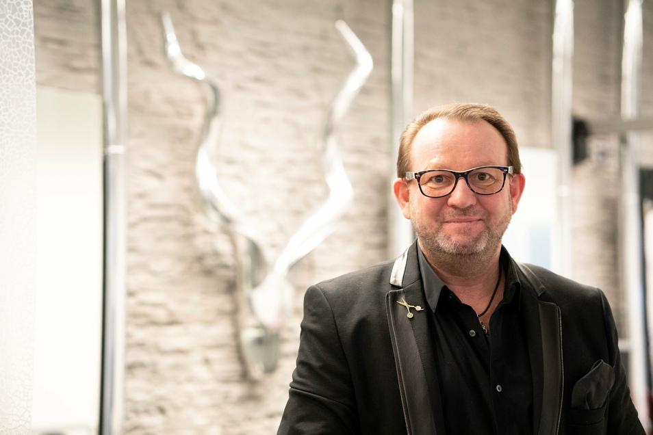Der Bayreuther Friseur Andreas Nuissl hat den ersten Termin in seinem Salon nach dem Lockdown für einen guten Zweck versteigert.