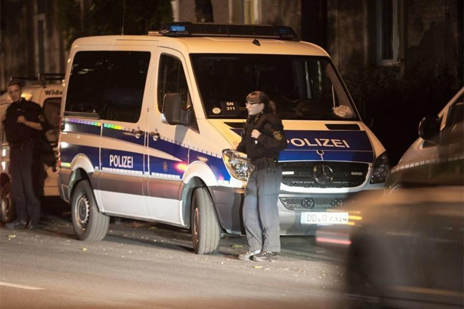 """""""Wir sind dort ständig präsent"""", sagte ein Sprecher der Polizei. Auch das Gebiet um die Zeltstadt werde mit Streifen beobachtet."""