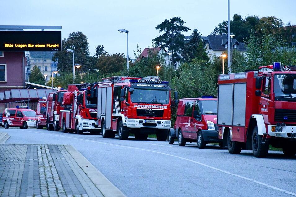 Großes Feuerwehraufgebot am Kamenzer Busbahnhof: Die Kameraden waren allerdings nicht zu einem Einsatz, sondern zu einer Übung angerückt.