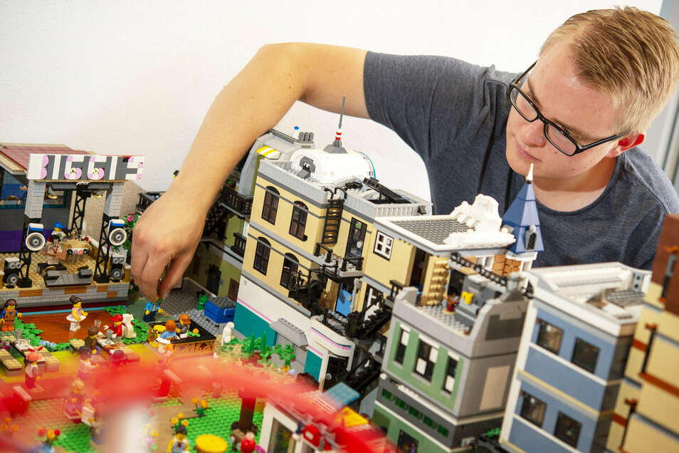 Lego-Baukünstler Max Ressel ist in der Lego-Ausstellung im Stadt- und Museumshaus in Waldheim am Modell eines Stadtfestes beschäftigt, in welches auch die Oberwerder-Bühne (l.) integriert ist.
