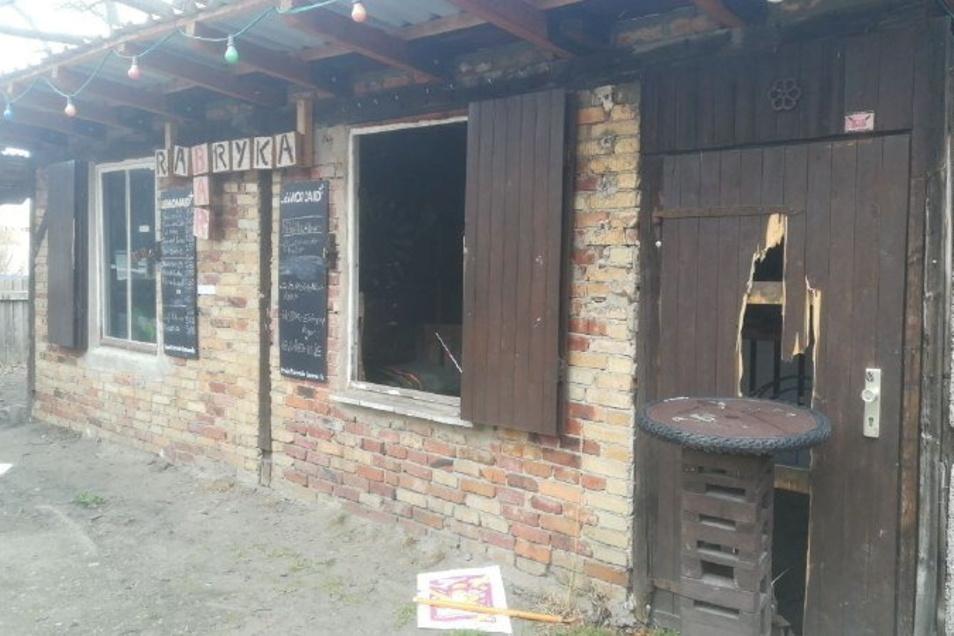 In den vergangenen Wochen wurde auf dem Gelände der Rabryka viel zerstört. Unter anderem wurde in der Bar am Tor zum Parkplatz eingebrochen und die Tür von innen eingetreten.