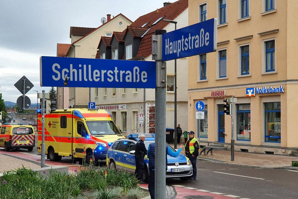 Notarzt, Rettungswagen und Polizei an der Unfall-Kreuzung in Pirna-Copitz.