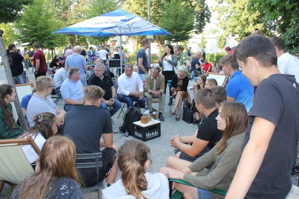 So wie gewünscht kamen Jugendliche und Politiker beim Forum am Bürgerzentrum direkt in Kontakt und diskutierten im kleinen Kreis rege miteinander.