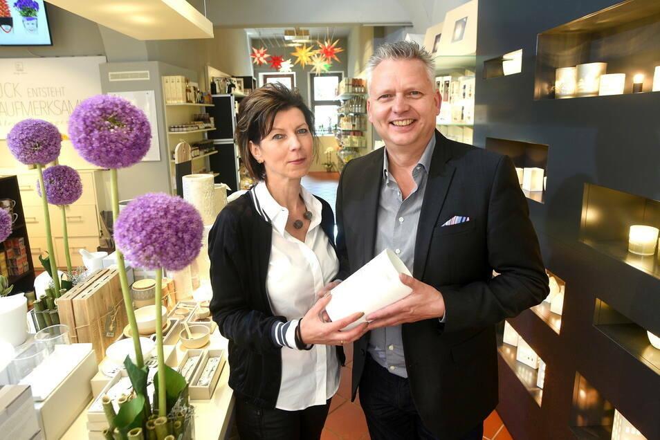 """Carmen und Thomas Krusekopf halten trotz Online-Boom auch an ihren Geschäften wie dem """"La Fleur"""" auf der Frauenstraße in Zittau fest. Ihre Tochter Emily arbeitet seit Januar mit im Unternehmen."""