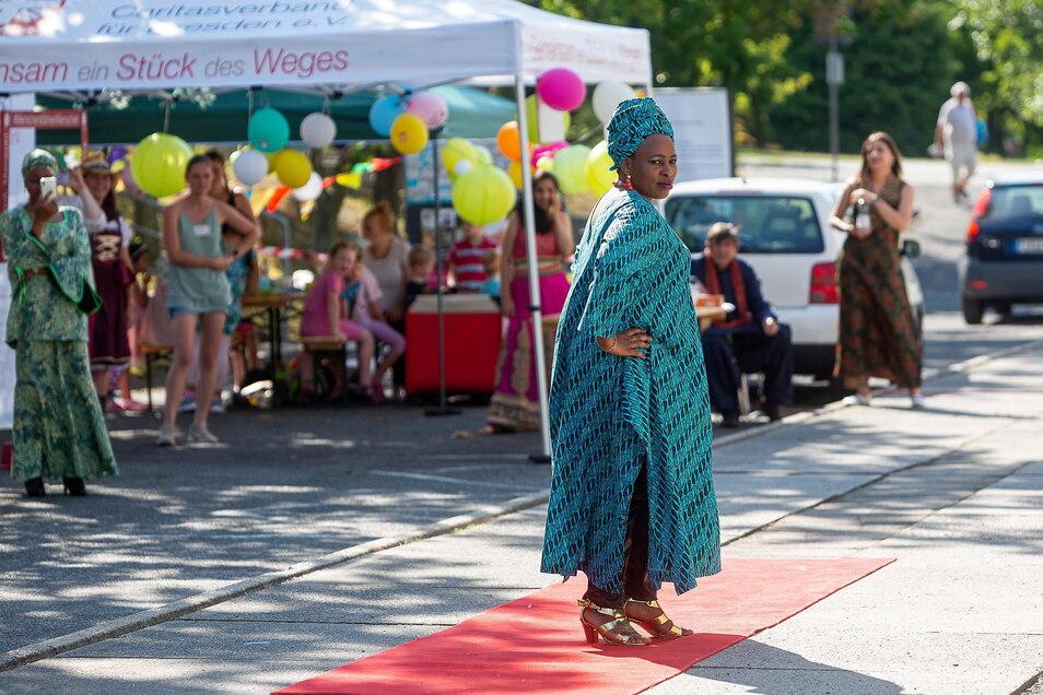 Afrikanische Kleidung besticht durch ihre Farbenfreude. Und wenn die Menschen, die sie tragen, noch etwas dazu erzählen, wird sie noch bunter.