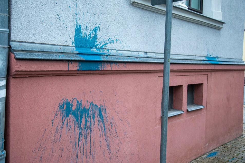 Bereits in der Nacht zum 29. September haben unbekannte Täter das Bischofswerdaer Polizeirevier mit Farbbeuteln beworfen.