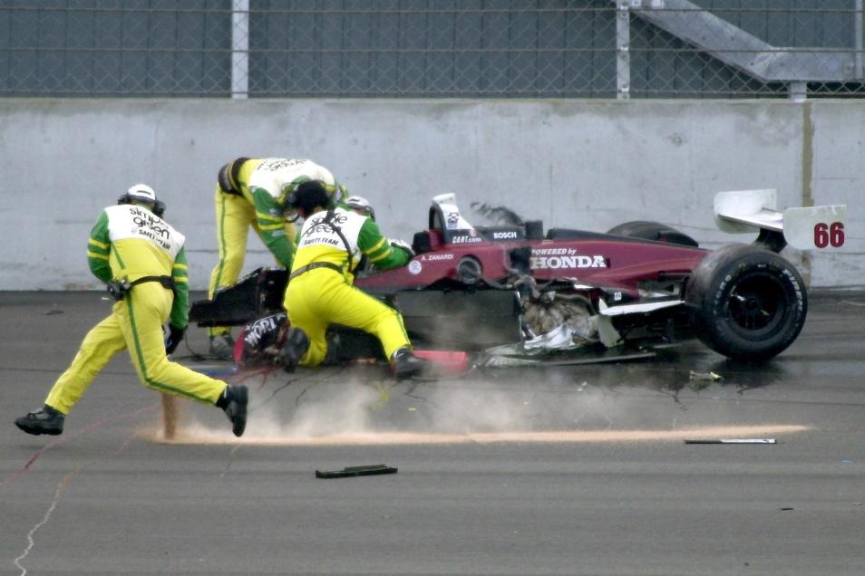 Am 15. September 2001 versuchen Rettungskräfte, den Italiener Alessandro Zanardi aus seinem verunglückten Rennwagen zu bergen.