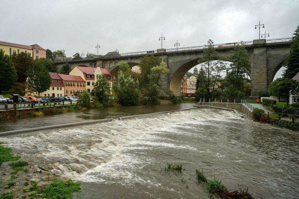 Nach den anhaltenden Regenfällen am Mittwoch führt die Spree in Bautzen jetzt einen erhöhten Wasserstand.