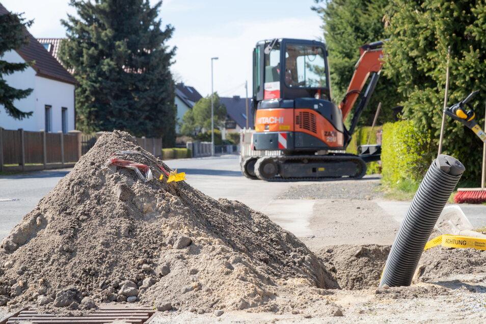 Leere Schutzrohre für den Breitbandausbau werden dieser Tage in der Schleiermacherstraße in Niesky verlegt. Damit hat die Resterschließung durch die Telekom begonnen.