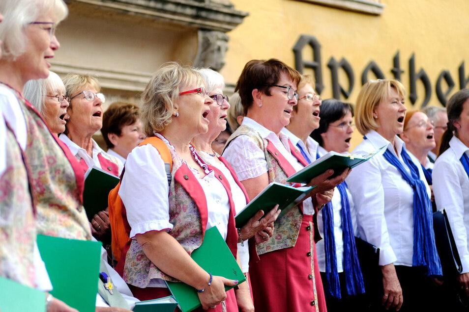 Auf dem historischen Markt eröffneten die beiden bekanntesten Chöre der Stadt, der Winzerchor und der Chor Blaue Schwerter, das Chorfestival mit Volksliedern.