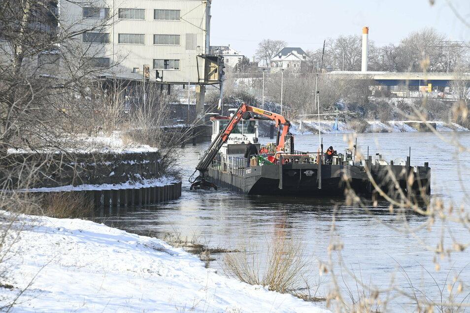 """Das Arbeitsschiff """"Weißeritz"""" ist an den aktuellen Arbeit mit beteiligt."""