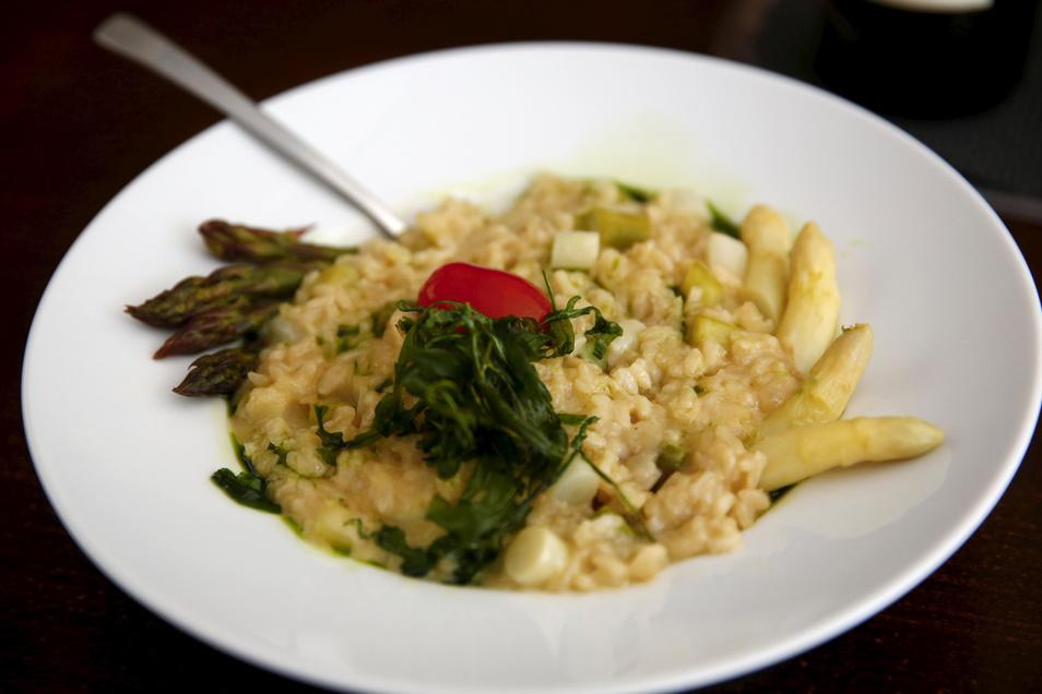 Koch Matthias Heinrich kochte für die SZ eines seiner Lieblingsrezepte: Weißwein-Risotto mit frischem Spargel. Das Risotto ist auch mit anderem saisonalen Gemüse variierbar.