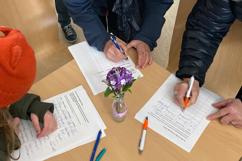 Die Schwimmer unterschrieben auf Listen gegen die Schließungspläne.