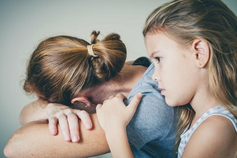 Corona und seine Folgen trifft alle - Familien mit Kindern oder Alleinerziehende spüren oft eine große Belastung.