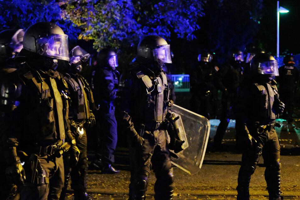 Am Rande eines Protestzuges gegen die Räumung des besetzten Hauses in der Berliner Liebigstraße wurden Feuerwerkskörper auf Polizisten geworfen. Die Demo wurde daraufhin aufgelöst.