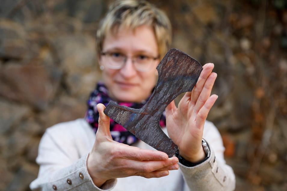 Wovon hat sich Redakteurin Anja Beutler hier eine Scheibe abgeschnitten? Von einer Eisenbahnschiene, die auf Löbaus Viadukt lag.