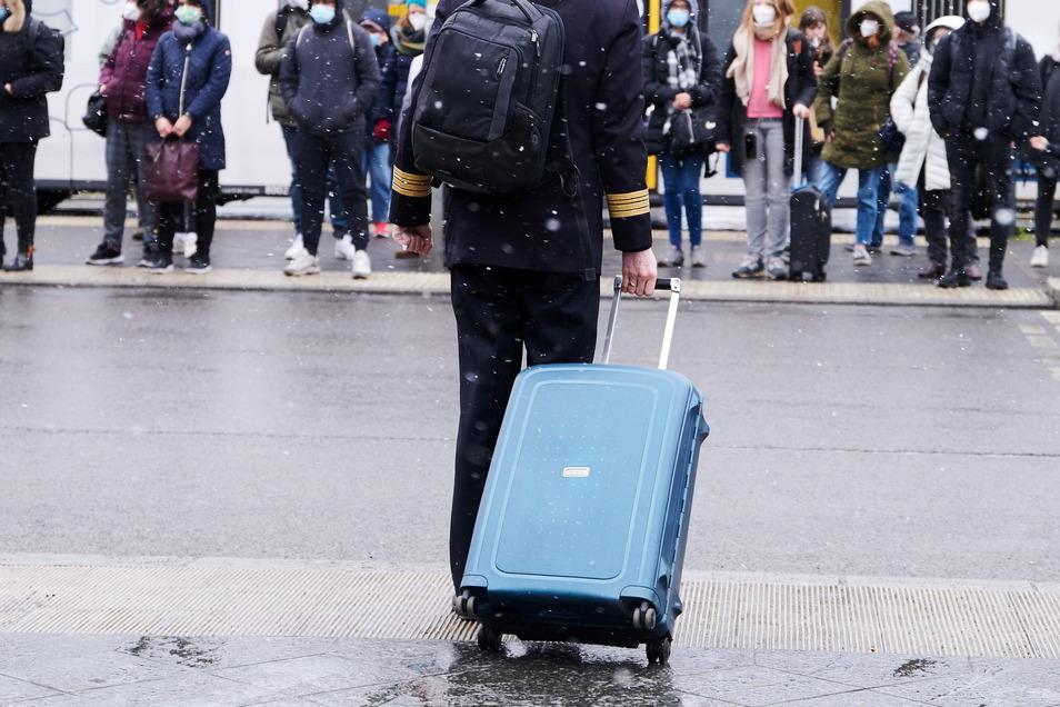 Den kalten Temperaturen in Deutschland zu entfliehen und zu Ostern in die Sonne reisen, das hoffen viele. Aber Politiker warnen davor.