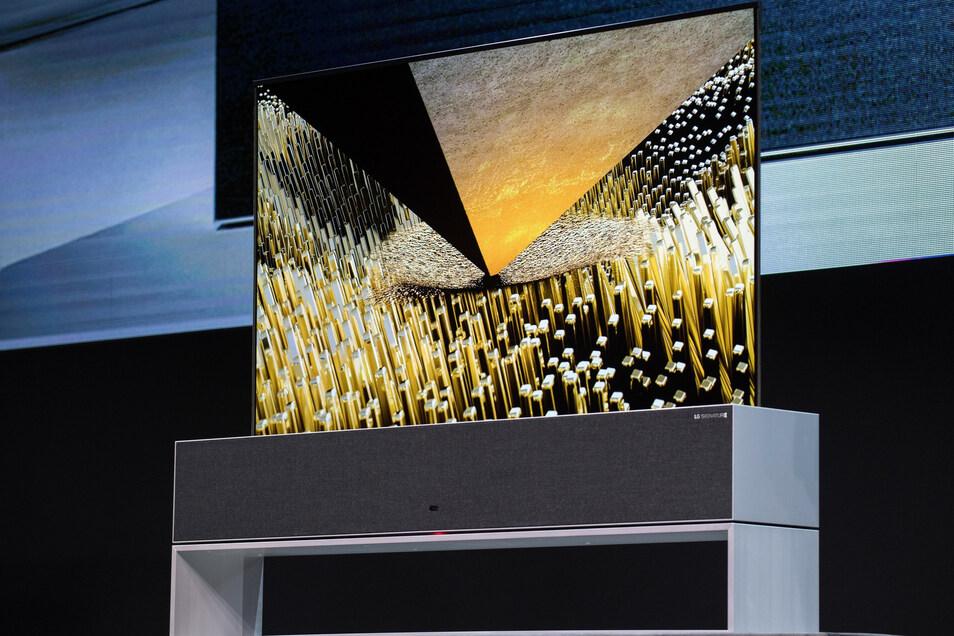 Der LG Signature OLED TV R lässt sich im Gerätesockel aufrollen, oder zu einem TV-Display in voller Größe ausfahren.