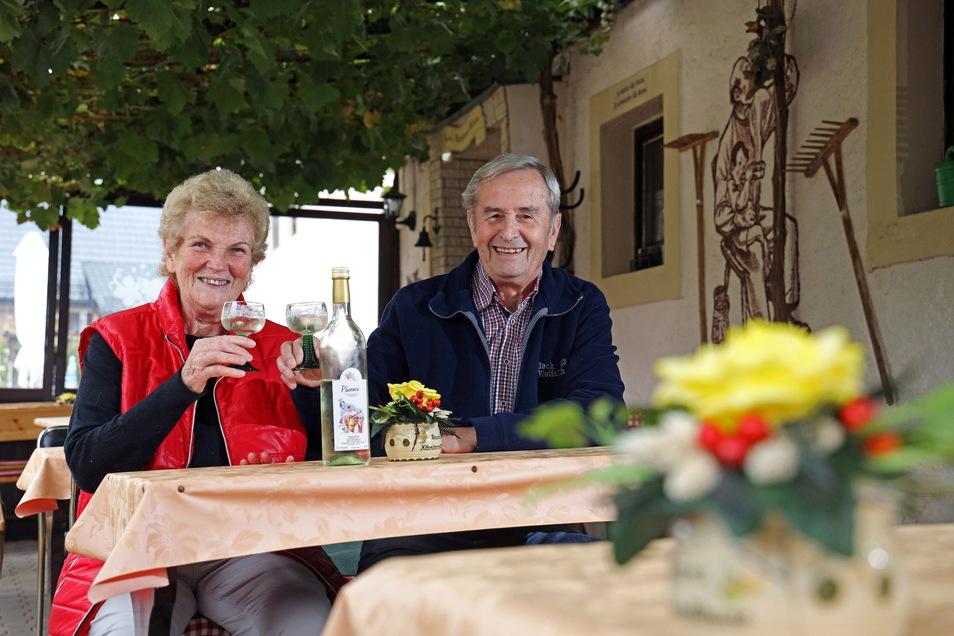 Alexa und Bernd Raum stoßen mit einem eigenen Weißwein auf die zurückliegenden 20 Jahre ihrer Besenwirtschaft an.