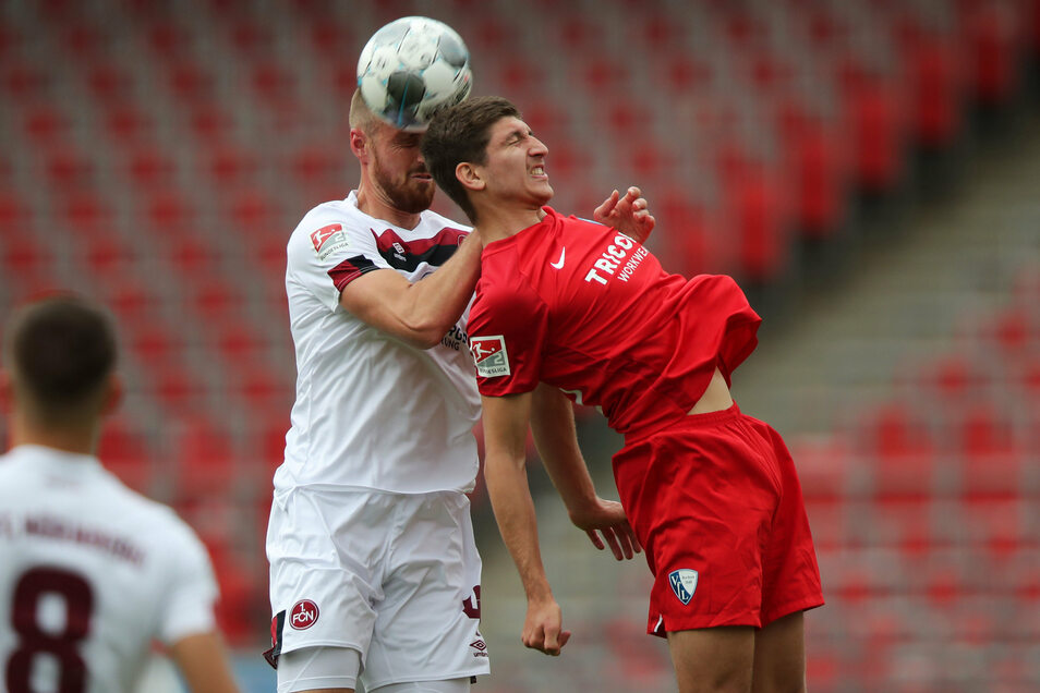 Nürnbergs Asger Sörensen (l) und Bochums Vitaly Janelt kämpfen um den Ball.