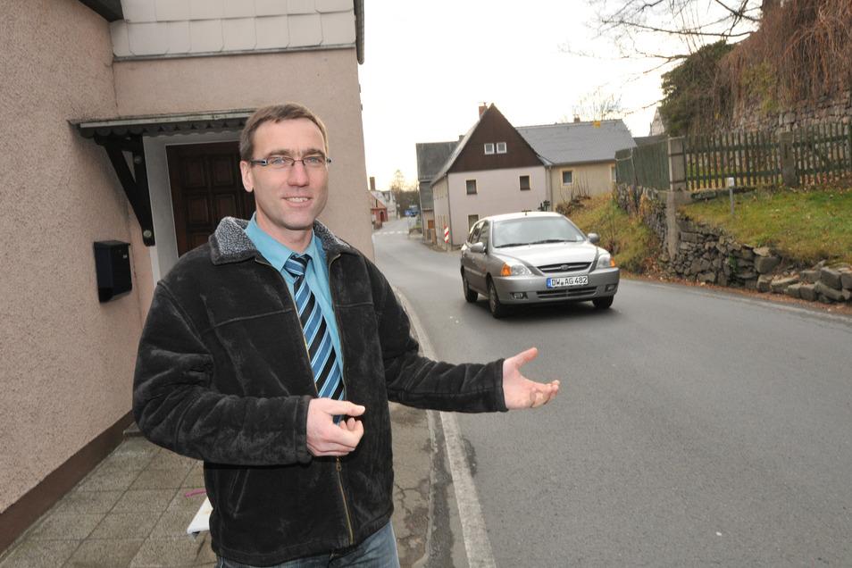 Dieses Foto mit Bürgermeister Torsten Schreckenbach an einer Engstelle der Ortsdurchfahrt in Höckendorf entstand vor neun Jahren. Die Planungen für den Straßenbau laufen schon viel länger.