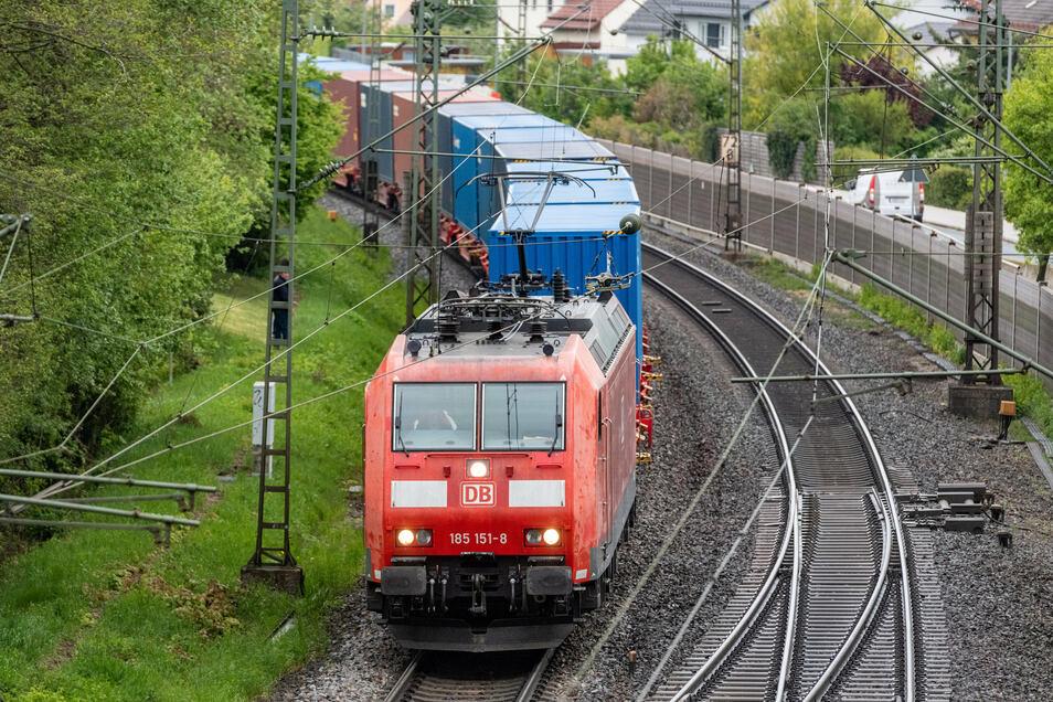 Am Haltepunkt Niederwartha leite der Führer eines Güterzuges am Donnerstagmittag eine Gefahrenbremsung ein. Eine ältere Dame sei auf die Gleise getreten.