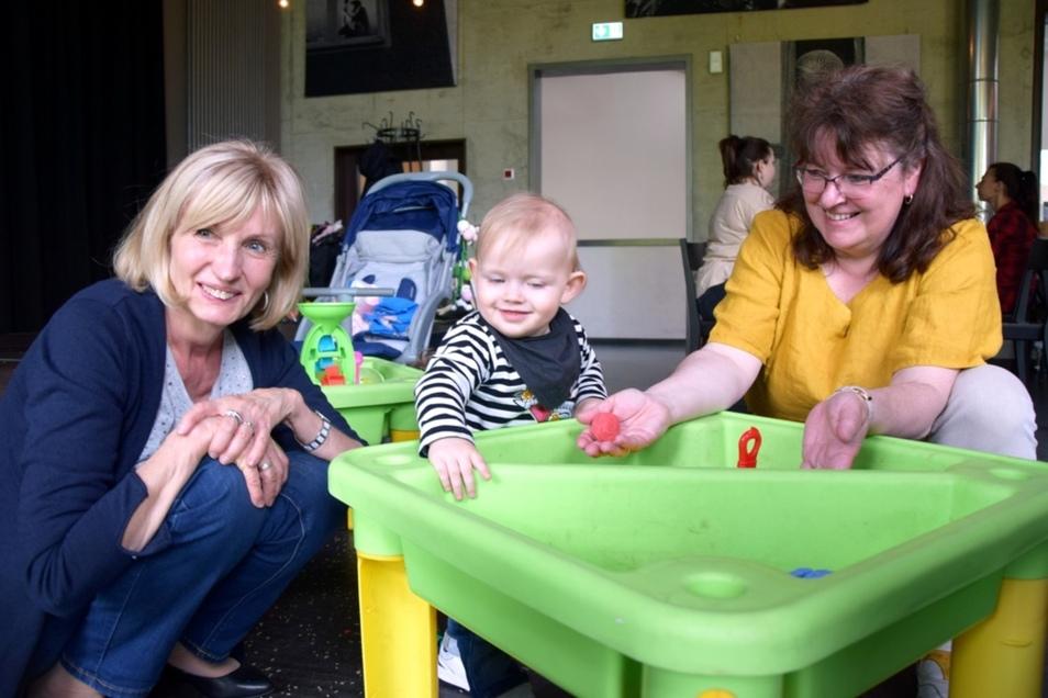Hildegard Gude, ihr Enkel Lean und Erzieherin Astrid Kuhn (rechts) beim Familienfest im Bürgerzentrum Hoyerswerda.