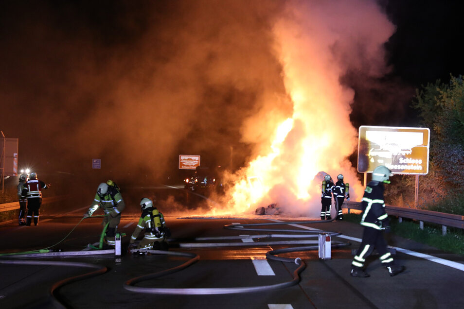 Am späten Abend musste auf der A 17 in Richtung Prag ein brennendes Auto gelöscht werden.
