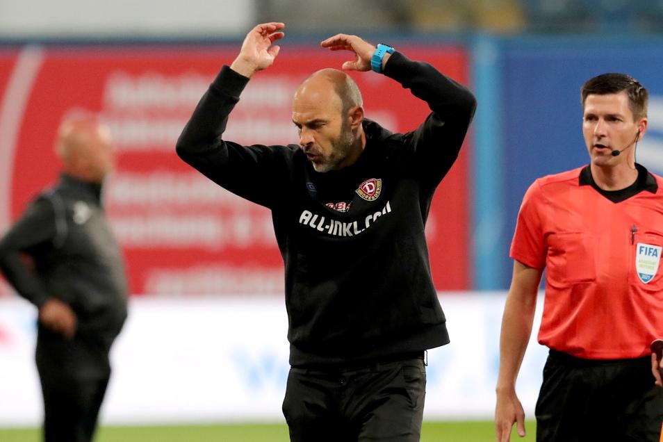 Wirklich zufrieden kann Dynamos Cheftrainer Alexander Schmidt zur Pause nicht sein. Dynamo findet den Spielfaden nicht.