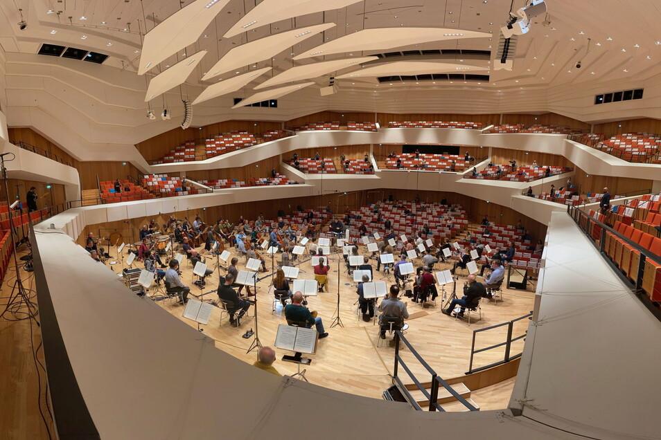 Noch in weiter Ferne: die Philharmoniker live im Kulturpalast zu erleben. Derzeit entstehen dort – mit großem Abstand auf der Bühne und den Rängen – aber CDs und Konzertmitschnitte.