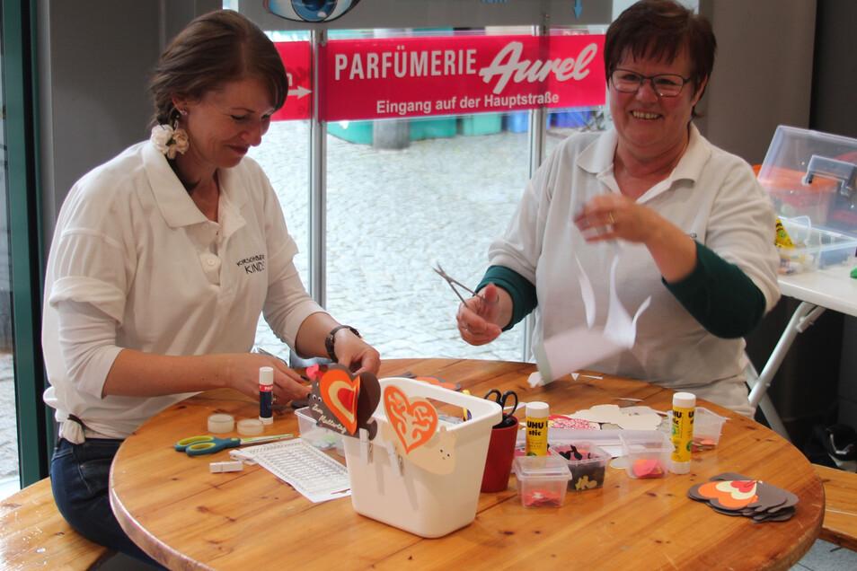 In der Elbgalerie bereiteten Susanne Lohse (links) und Kirschberg-Hortleiterin Silke Burmeister das Basteln für Kinder vor.