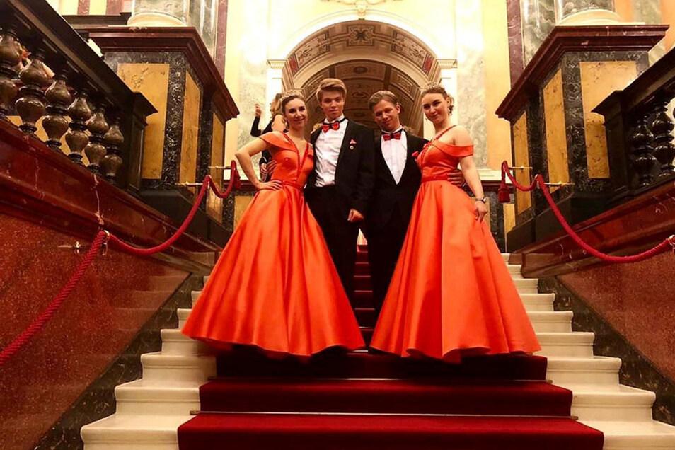 Annabelle Boitz und ihr Freund Elias Röder (links) haben sich zusammen mit Andreas Röder und Samantha Boitz in die Herzen der Dresdner getanzt.