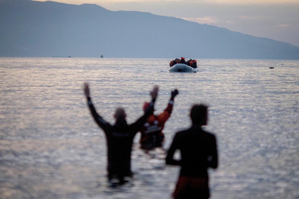 Flüchtlinge kommen in einem Schlauchboot aus der Türkei auf der griechischen Insel Lesbos an. Szenen wie diese aus dem Frühjahr 2016 könnten sich bald wiederholen, wenn der türkische Präsident Erdogan seine Drohungen wahrmacht.