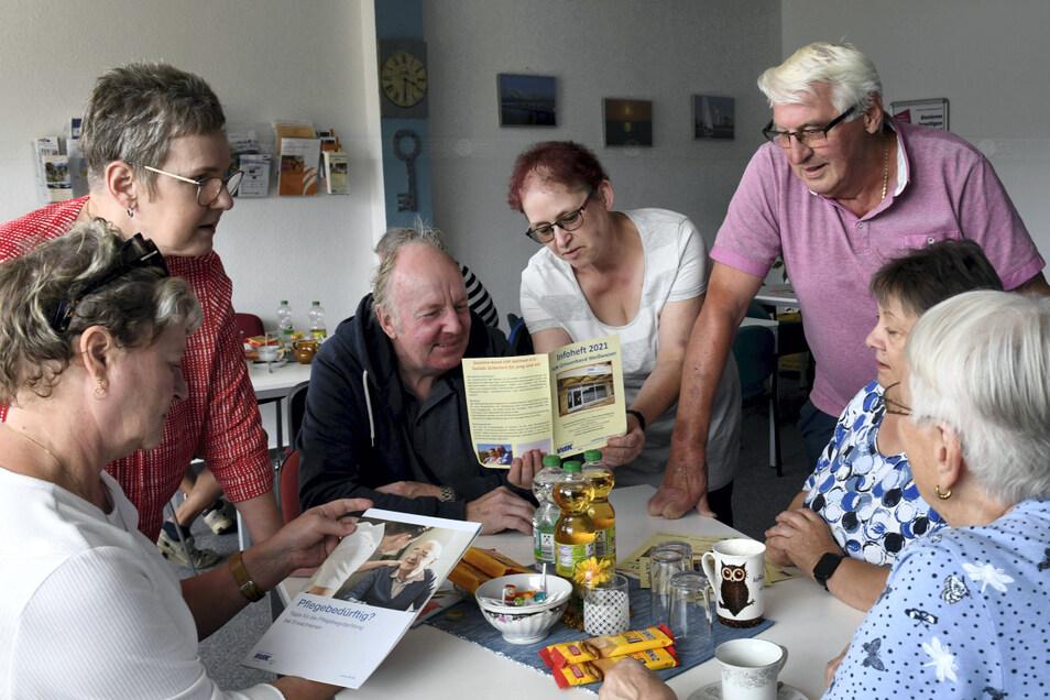 Endlich wieder zusammen, freuten sich Ortsverbandsvorsitzende Kerstin Jekusch (2.v.l.) und Schatzmeisterin Petra Jegl (2.v.r.) beim Tag der offenen Tür. Seit Juli finden beim VdK in Weißwasser wieder regelmäßig Sprechstunden statt.