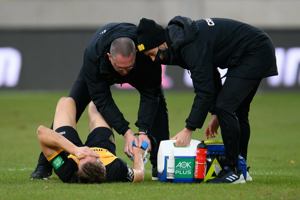 Dynamos Tim Knipping liegt nach einem Foul am Boden und wird an der Hand behandelt.