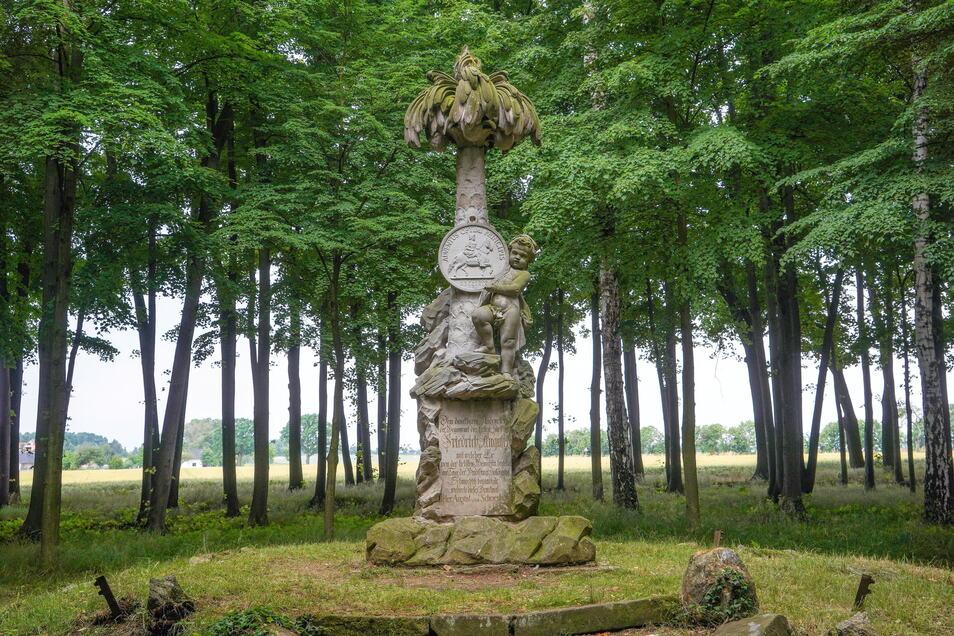 Im Schmochtitzer Park gibt es außer alten Bäumen auch einige andere Dinge zu entdecken, zum Beispiel diese Sandsteinskulptur in Form einer Kokospalme.