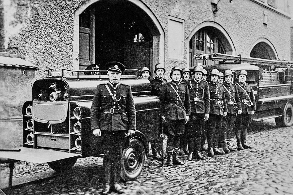Ein Teil der Kameraden der Feuerwehr Hrádek nad Nisou in den 1950er Jahren. Im Vordergrund der damalige Kommandant Josef Roubicek, der die Wehr von 1946 bis 1974 leitete.
